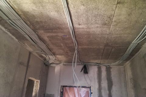 Прокладка кабеля в гофре за потолком 60 рублей за метр