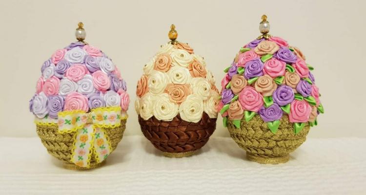 Пасхальные яйца из ткани с украшениями