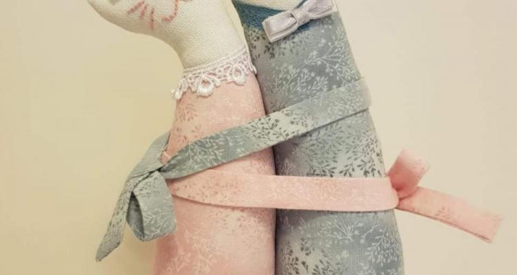 Влюбленные котики - сувенир из ткани с вышивкой